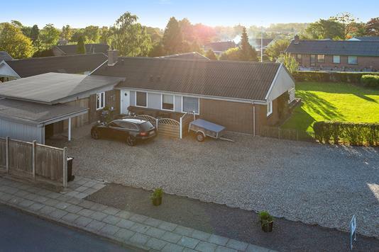 Villa på Bellisvej i Stoholm Jyll - Set fra vejen
