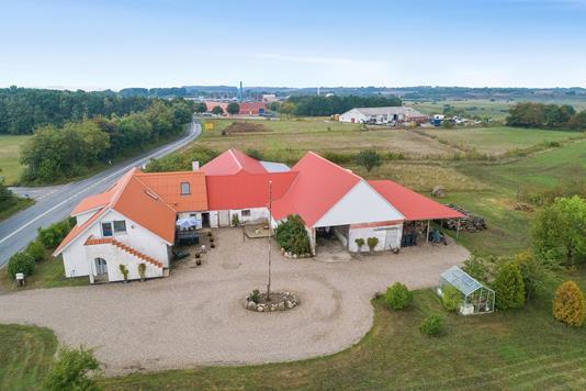 Landejendom på Søndergade i Stoholm Jyll - Luftfoto