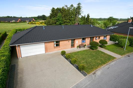 Villa på Tylstrupparken i Tylstrup - Set fra vejen