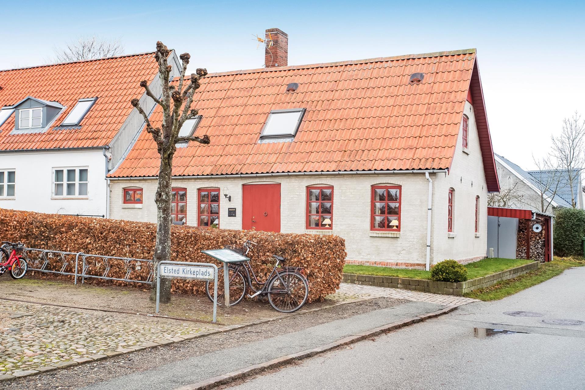 Villa på Elsted Kirkeplads i Lystrup - Ejendommen