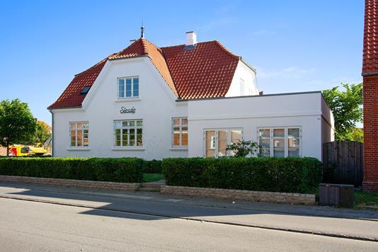 Villa på Fjord Alle i Ringkøbing - Set fra vejen