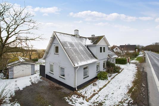 Villa på Nexøvej i Aakirkeby - Set fra vejen