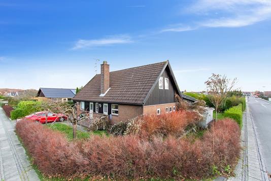 Villa på Rugmarken i Rønne - Set fra vejen
