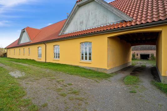 Landejendom på Kuregårdsvej i Klemensker - Set fra vejen