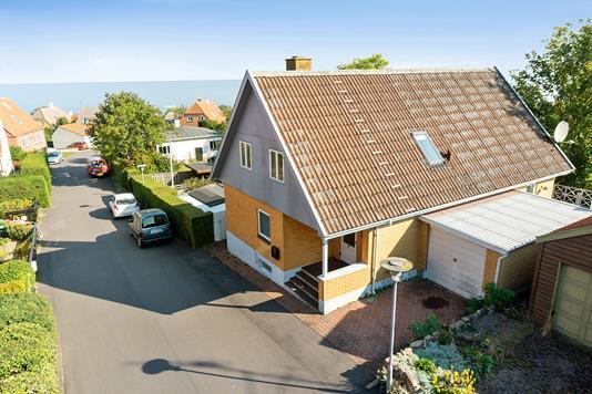Villa på Møllebakken i Gudhjem - Set fra vejen