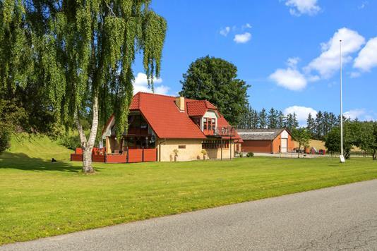 Landejendom på Ravnehøjvej i Løgstrup - Ejendommen