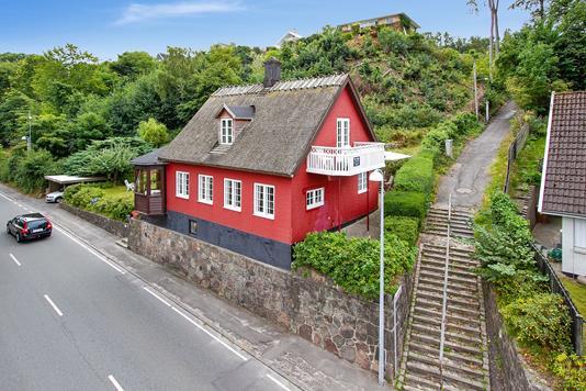 Fritidsbolig på Nordre Strandvej i Ålsgårde - Set fra vejen