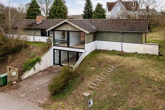 Villa på Græsted Hovedgade i Græsted - Set fra vejen