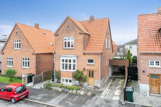 Villa på Pomonagade i Nykøbing F - Set fra vejen