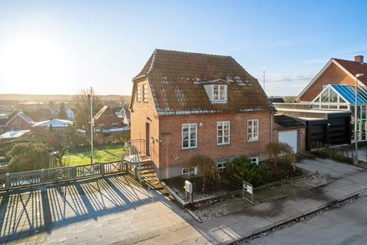 Villa på Rønne Alle i Randers NØ - Set fra vejen