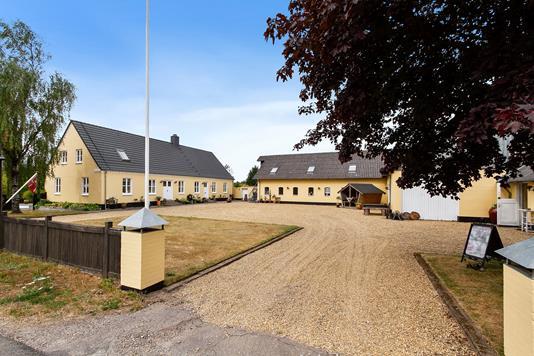 Landejendom på Karupvej i Karup J - Set fra vejen