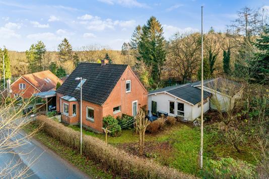 Villa på Fiskbækvej i Løgstrup - Set fra vejen